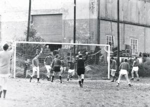 Match footbal équipe des parents contre les enseignants arbitre Paul Gilson de dos Mr Bladt gardien de goal.jpg