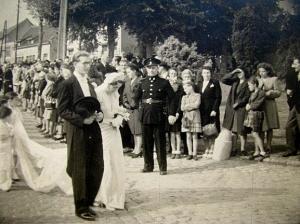 RR7C. Herman Dupuis mariage Princesse de Mérode rue de l'Eglise en A2 borne de pierre bleue à l'entrée du chateau.jpg