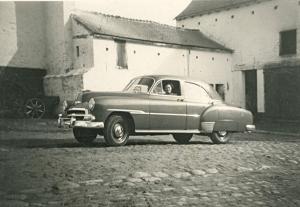 10.5 - Ferme de Froidmont cour intérieure 10 mai 1953 Josiane Chevrolet de luxe Sedan 1950 © Josiane Meert.jpg