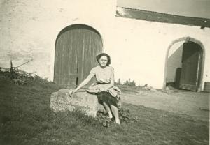 2.5 Josiane Meert devant le proche Sud de la ferme de Froidmont  mai 1952 © Josiane Meert.jpg