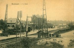 873. La gare et le passage à niveau c Jean-Claude Renier-001.jpg