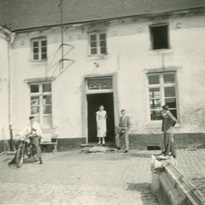 Image00032 de G à D sur la moto, Richard sur le seuil de porte, Josiane Urbain et Pierre Leloup © Josiane Meert.jpg