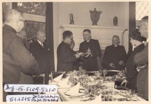 20161214. 1951 15 décembre Monseigneur Suenens remet à Jean Lannoye la Cravate de Commandeur de St Grégoire le Grand c Fonds Lannoye (Ed. Rétro Rixensart).jpg