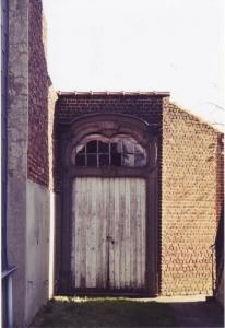 1031. Porche de l'ancienne cure XVIIème Place Communale 1992-1995 intégrée dans nv batiment à coté livre de R Ghyssens © Hommes et Patrimoine.JPG