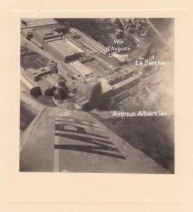1951L. Survol des Papeteries de Genval à bord de l'avion personnel de M. de Lovinfosse Genval c Fonds Lannoye (Ed. Rétro Rixensart) copie.jpg