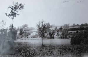 Site de l'ancien Moulin de Genval encore bordé de son mur (on reconnaît l'église Saint-Sixte) (à noter l'absence de maisons à flancs de colline) 1925 C CHR coll A. Degryse.jpg