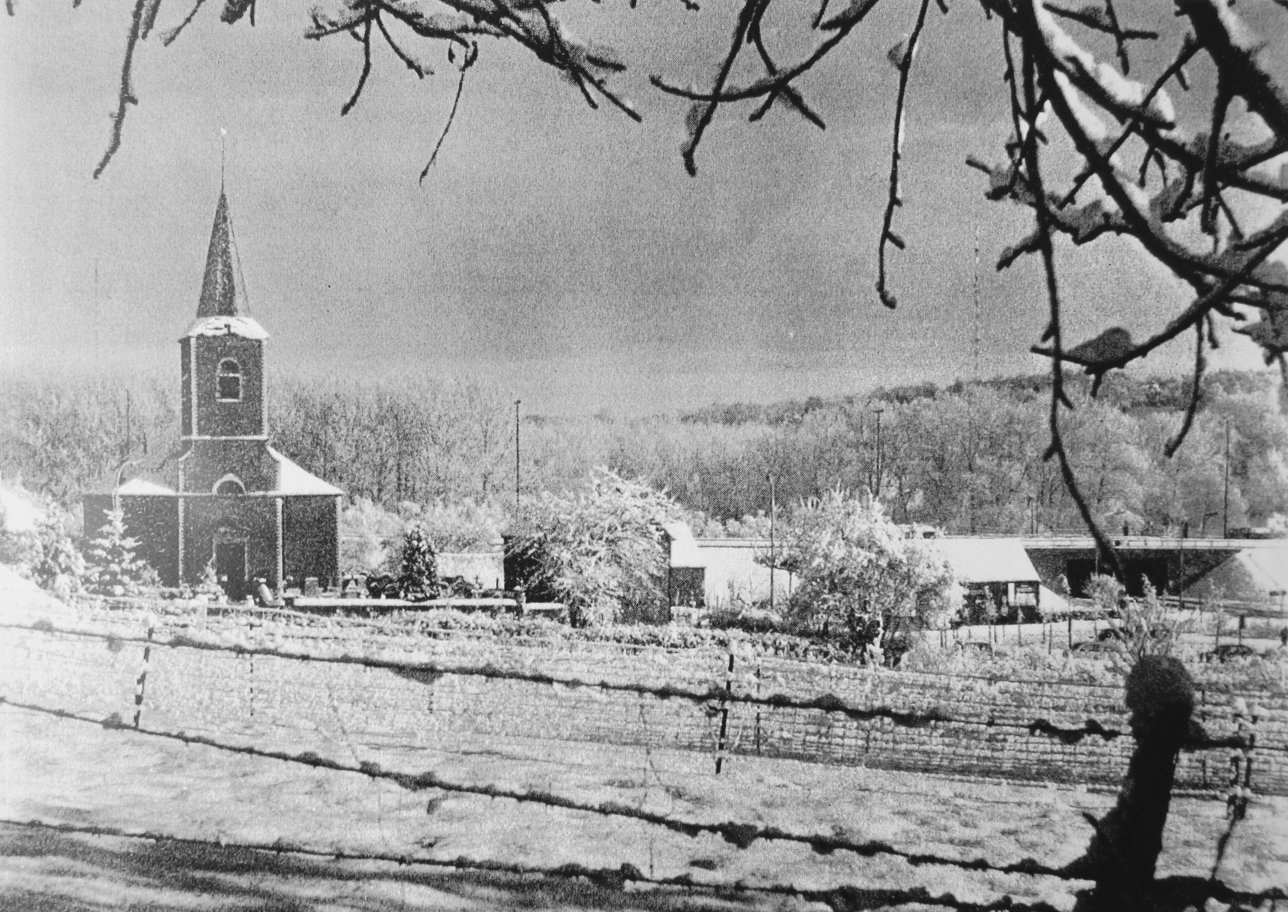 1585. Vue de la place de l'église après la construction de l'autoroute 1980 c CHR Juckler