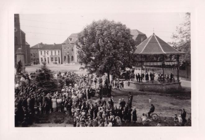 1945 10 mai Fête de la Libération Place communale de Genval c Fonds Lannoye (Ed. Rétro Rixensart) 10