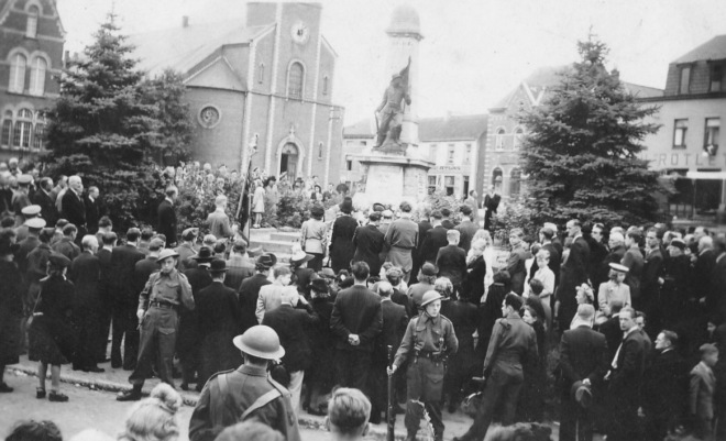 176.2 Rapatriement fusillés genvalois 17 juin 1945 Place communale Collection Luc Debource (1)