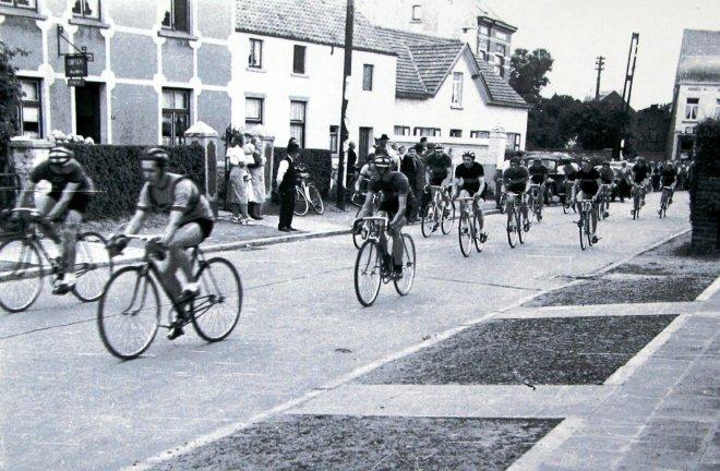 180723 Course cycliste le 23 juiillet 1950 à l'entrée du Bourgeois rue Haute Collection Cercle d'Histoire de Rixensart