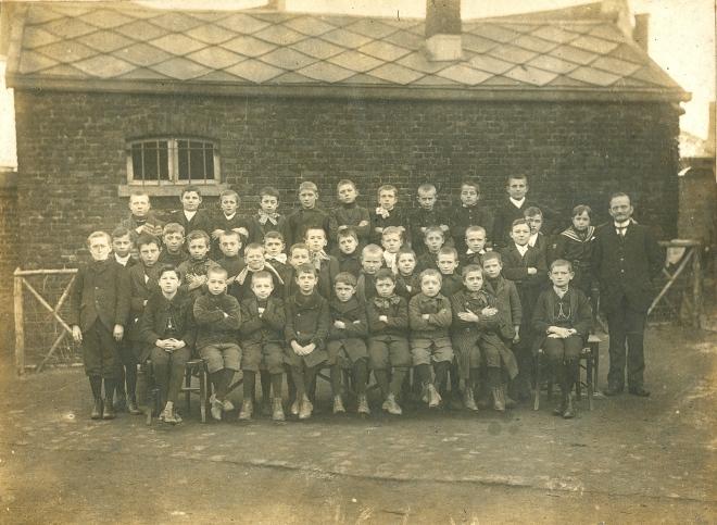 1912 Place communale 2ème école(1875 à 1925) Mr Eugène Gilson c Paul Gilson