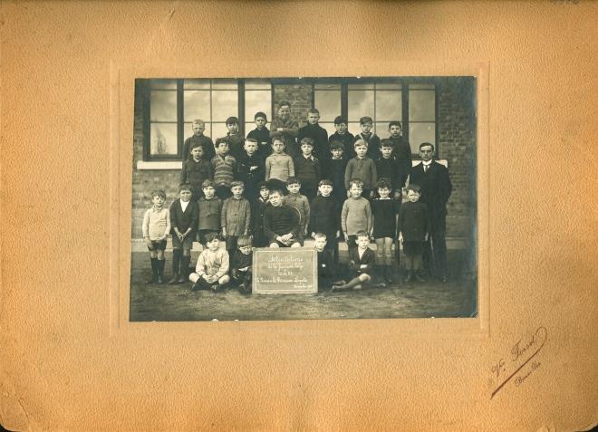 1926 1.11 Ecole communale Rue des Ecoles classe inférieure Mr Jean Gilson 1.11.1926 c Paul Gilson
