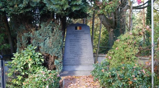Monument érigé aux victimes civiles de la Seconde Guerre mondiale (après 1956 dans le cimetière de Bourgeois) coll. Jean-Louis Nicaise 2