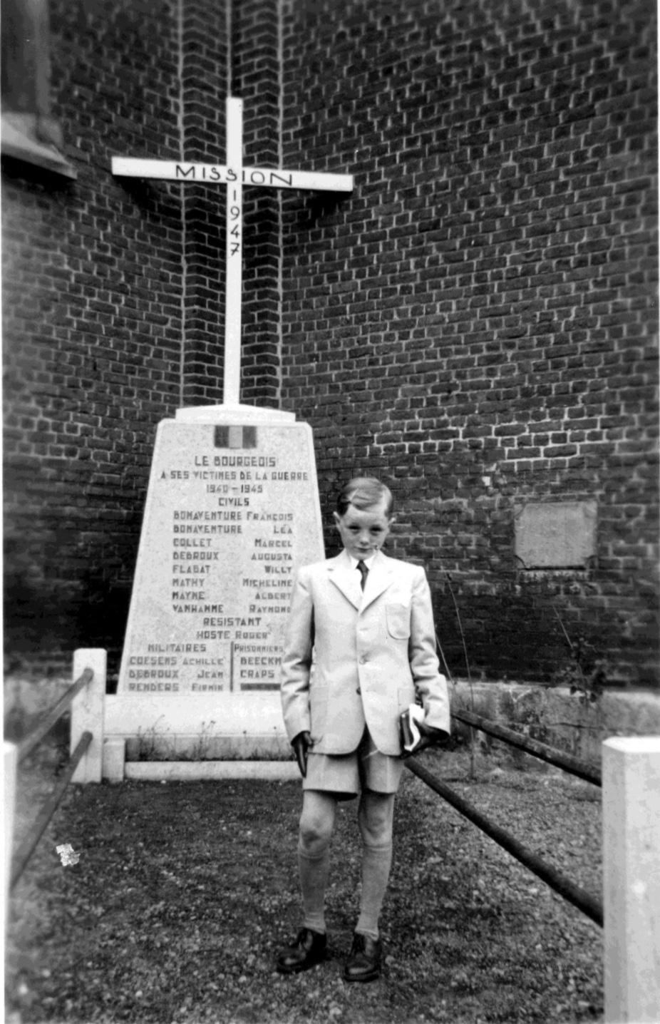 Monument érigé dans l'encoignure de l'église de Bourgeois aux victimes civiles de la Seconde Guerre mondiale coll. Jean-Louis Nicaise 1