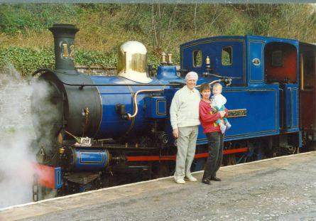 Edwin Skelly photographié avec sa fille Angela en 1988 devant une locomotive du chemin de fer à vapeur sur l'Ile de Man coll Marcelle Dupuis