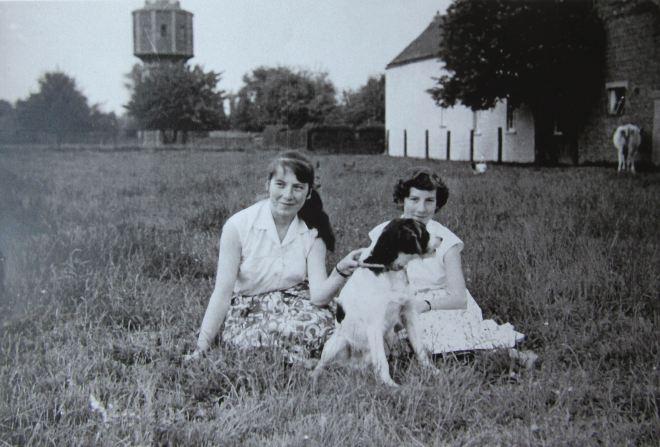 1956 |Vue sur l'ancien château d'eau de Genval vu depuis l'arrière du garage Melebeke, aujourd'hui Aert - L. Melebeke facit (coll. Cercle d'Histoire de Rixensart)