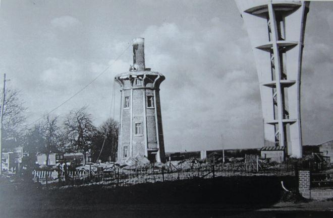 1970 |Démolition de l'ancien château d'eau de Genval (abattage de la partie centrale du réservoir) - Roger Javaux-Dubois facit (coll. Cercle d'Histoire de Rixensart)
